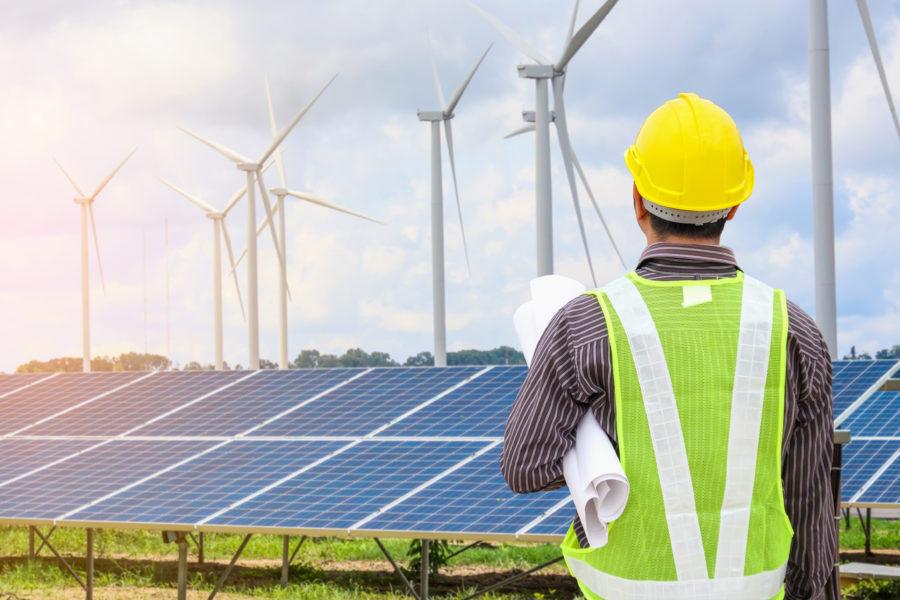 elektrownia wiatrowa i panele słoneczne