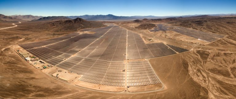 panele słoneczne na pustyni